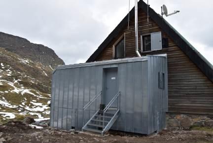 F9 Ampliación realizada en el refugio para la instalación de cabinas de baños secos con compostador